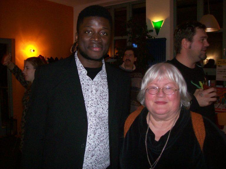 File:Alassa Mfouapon mit Adelheid Gruber.jpg