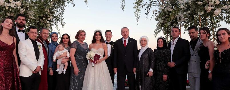 Mesut Özils Hochzeit mit Staatspräsident Erdoğan als Trauzeuge.[2]