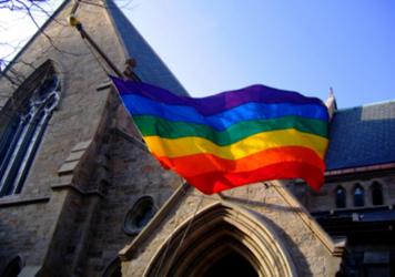 Datei:Regenbogenfahne an einer Kirche.jpg