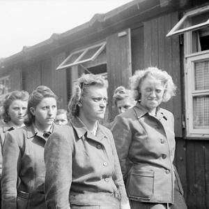 Datei:SS women camp guards Bergen-Belsen April 19 1945.jpg