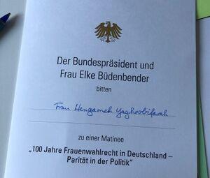 Frank-Walter Steinmeier laedt deutschhassende Hengameh Yaghoobifarah ein.jpg